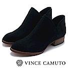 VINCE CAMUTO 側V字切口簍空麂皮短靴-絨黑