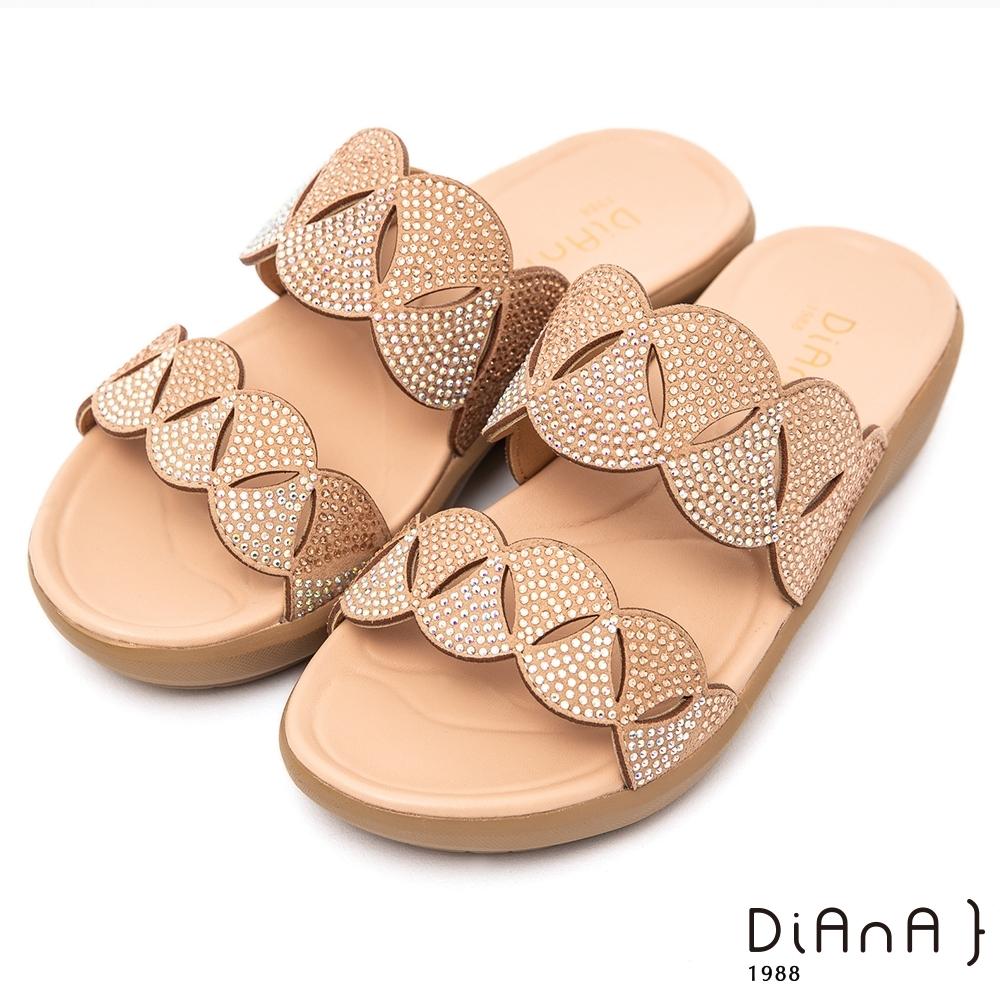 DIANA鏤空波浪鏤空4.5公分圓頭楔型涼鞋-活力時尚–杏