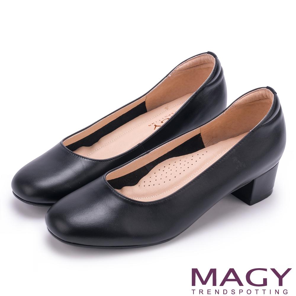 MAGY OL素雅簡約真皮尖頭 女 粗中跟鞋 霧黑
