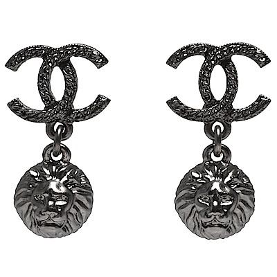 CHANEL 經典雙C LOGO獅頭造型綴飾穿式耳環(銀)