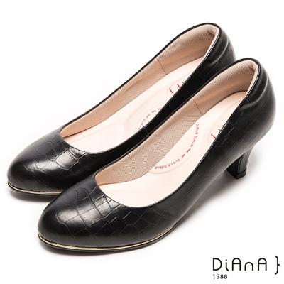 DIANA 漫步雲端輕盈美人款—狂野壓紋亮澤金框真皮跟鞋-黑
