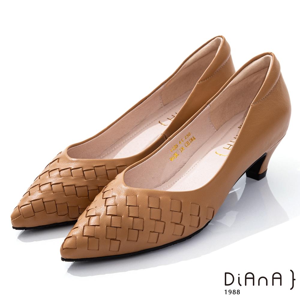 DIANA 4.5cm柔軟羊皮編織紋設計尖頭跟鞋–都會時尚-淺棕