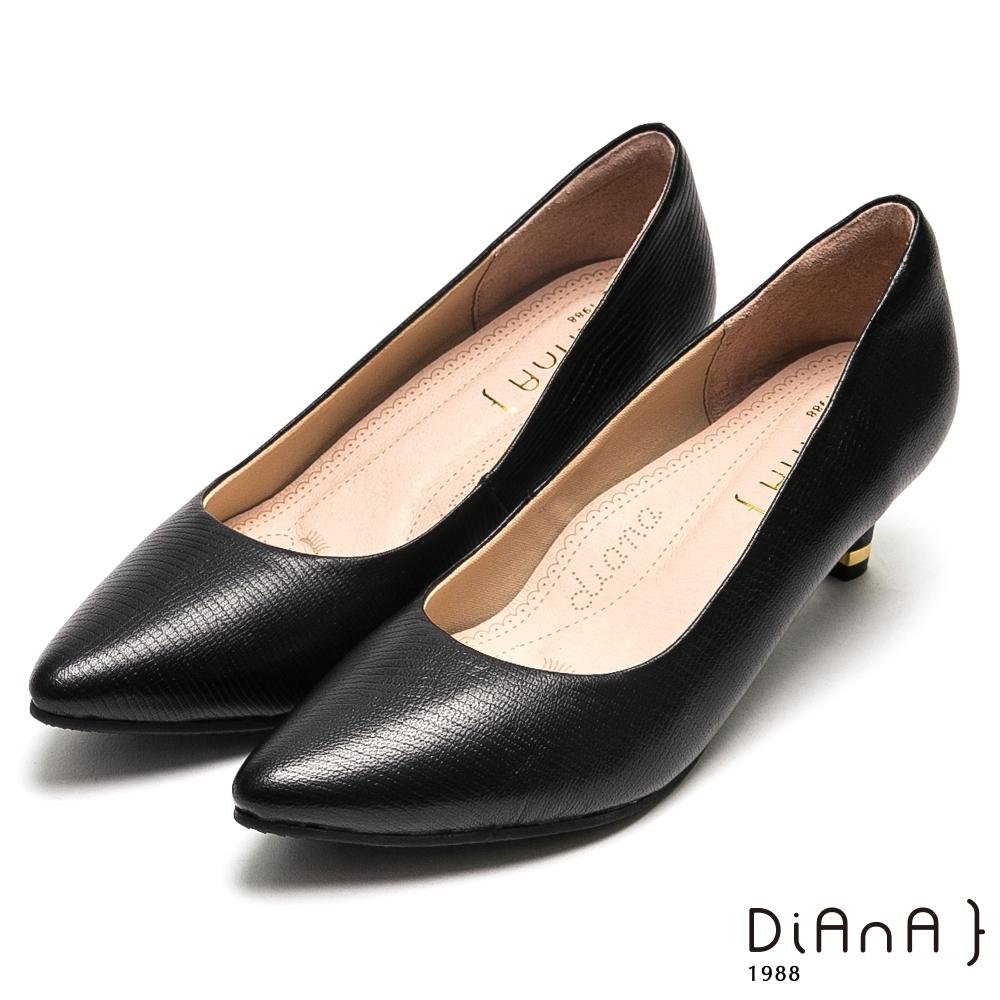 DIANA素雅壓紋羊皮尖頭高跟鞋-漫步雲端厚切焦糖美人-黑