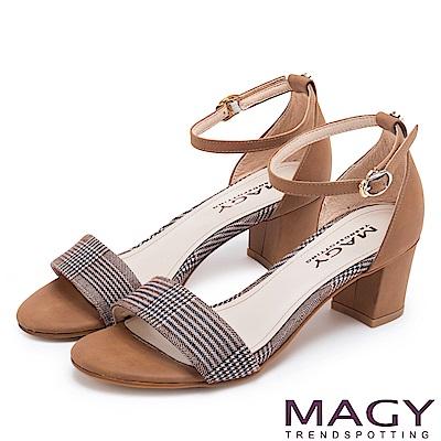 MAGY 摩登時尚 牛皮一字繫踝繞帶後包粗跟涼鞋-格紋棕