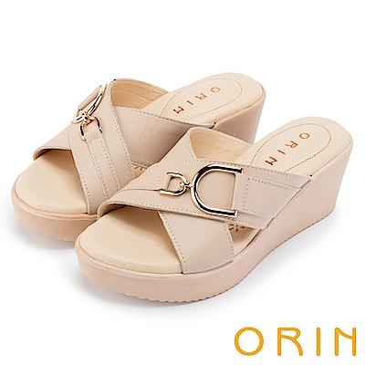 ORIN 愜意渡假風情 馬蹄扣環牛皮交叉楔型拖鞋-米色