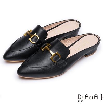 DIANA時尚潮流 –質感羊皮搭配金屬飾釦尖頭穆勒鞋-黑