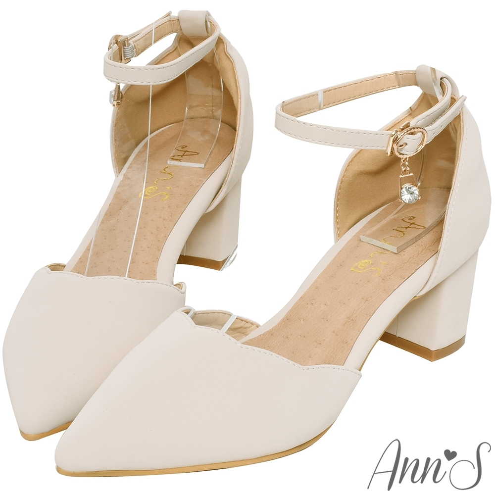 Ann'S花邊甜心-波浪剪裁閃亮單鑽吊飾繞踝粗跟尖頭鞋-米白