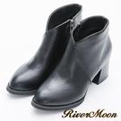 River&Moon短靴-極簡前V微尖頭粗跟短靴-黑