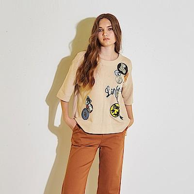 ICHE 衣哲 時尚徽章拼接前短後長微寬七分袖造型上衣-奶茶色