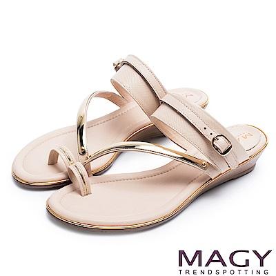MAGY 夏日時尚 金屬斜邊牛皮兩穿套指涼拖鞋-米色