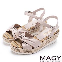 MAGY 夏日時尚舒適 交叉抓皺真皮麻編楔型拖涼鞋-粉裸