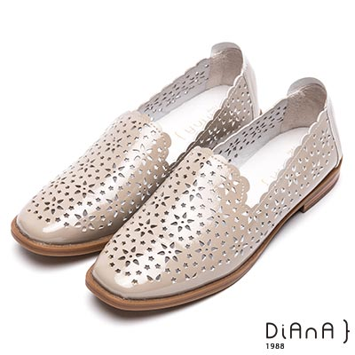 DIANA 俏麗甜漾--雷射簍空雕花平底鞋–淺灰