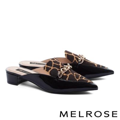穆勒鞋 MELROSE 質感率性金屬飾釦漆皮拼接尖頭低跟穆勒拖鞋-咖