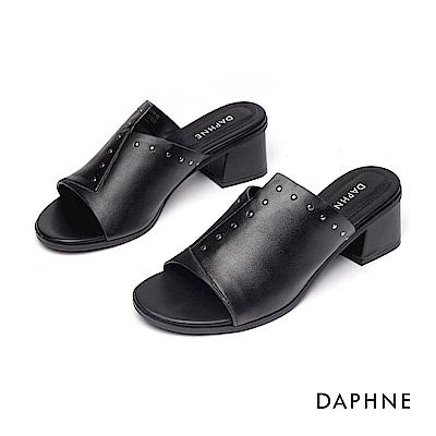 達芙妮DAPHNE 涼鞋-俐落拚接剪裁鉚釘鑲邊粗跟涼鞋-黑色
