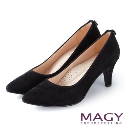 MAGY 氣質魅力款 愛心鑽飾絨布尖頭高跟鞋-黑色