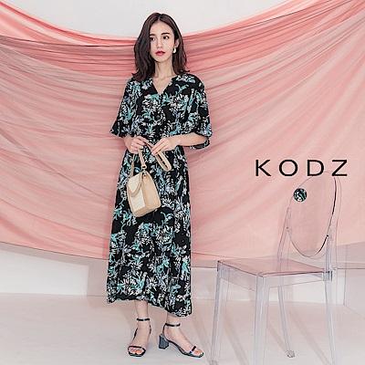 東京著衣-KODZ 隨興度假滿版印花排扣V領洋裝-S.M.L