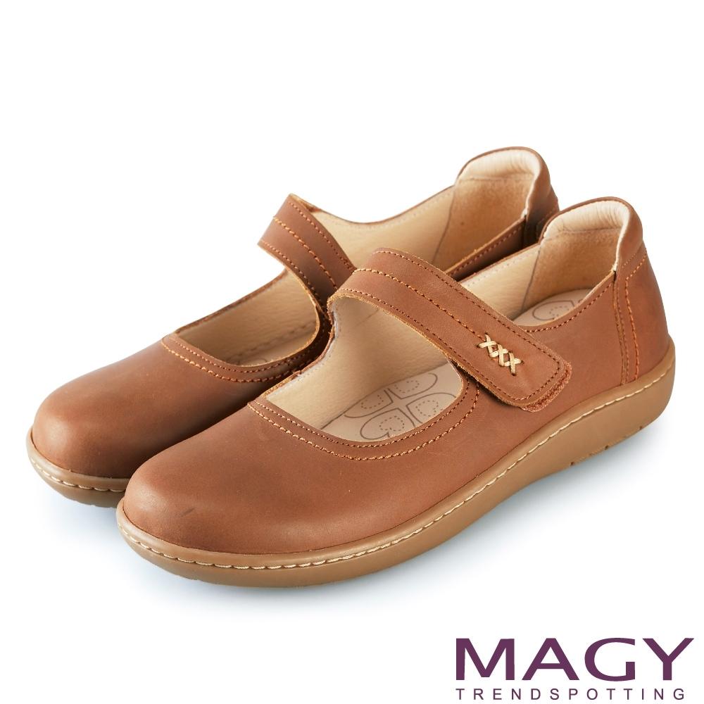 MAGY 樂活舒適 Q軟牛皮腳背帶休閒平底包鞋-棕色