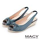 MAGY 優雅名媛 扭結交叉鞋面魚口牛皮楔型涼鞋-藍色