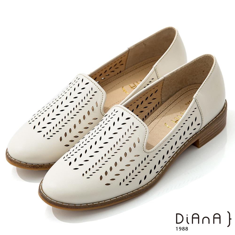 DIANA 3cm質感牛皮雷射沖孔圖形休閒鞋-漫步雲端焦糖美人-米白