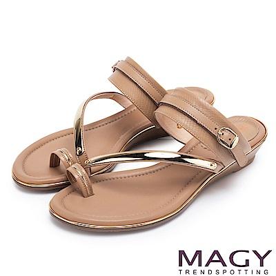 MAGY 夏日時尚 金屬斜邊牛皮兩穿套指涼拖鞋-棕色