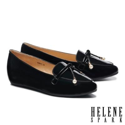 低跟鞋 HELENE SPARK 珍珠金屬釦鼓繩造型牛漆皮內增高樂福低跟鞋-黑