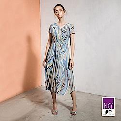 ILEY伊蕾 抽象幾何飄逸雪紡長版洋裝(藍)