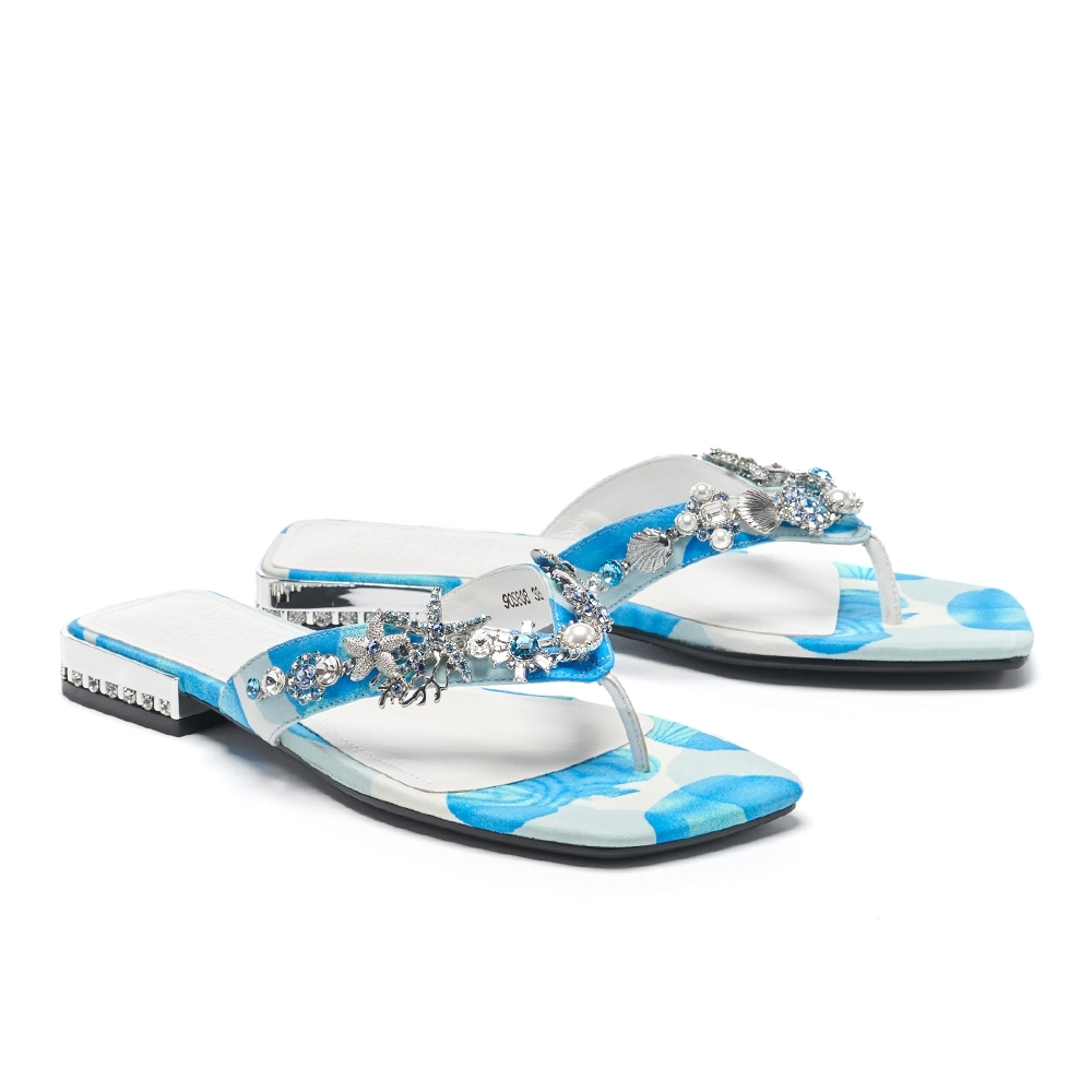 拖鞋 AS 深海精靈珍珠鑽飾花布低跟夾腳拖鞋-藍