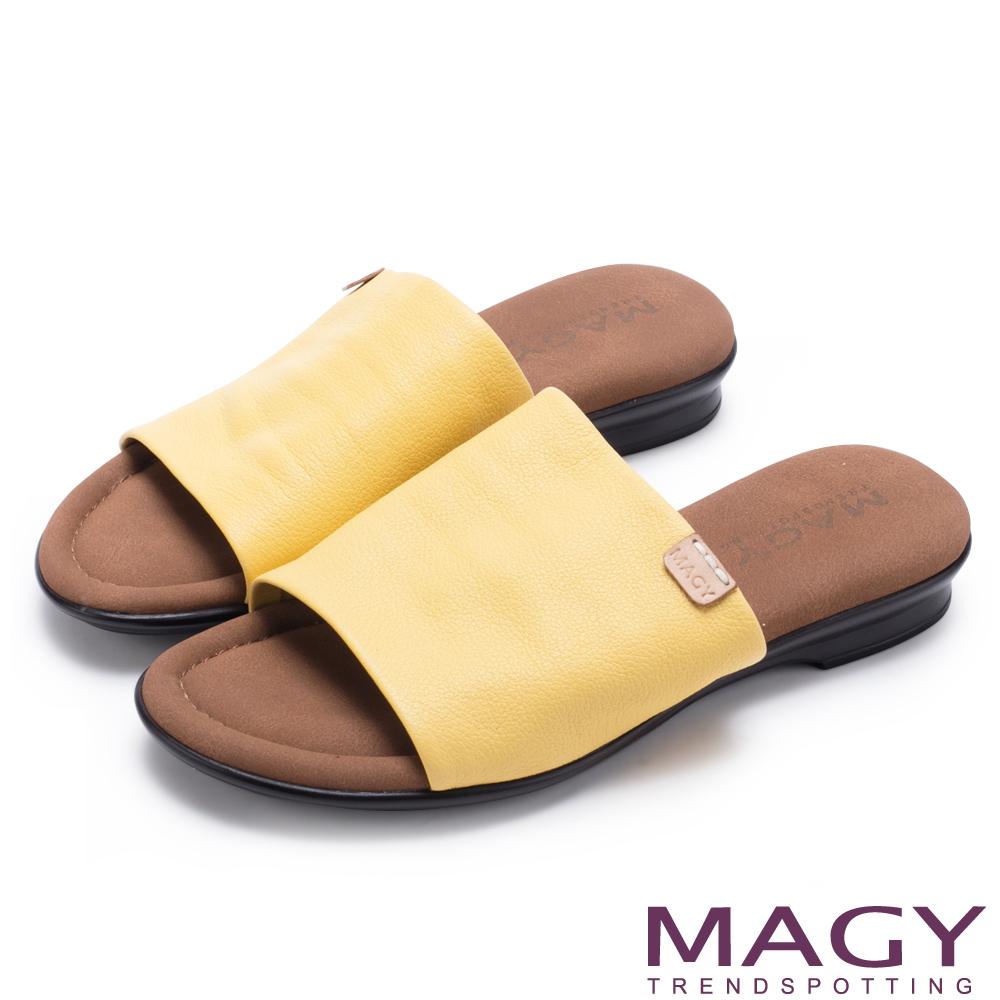 MAGY 簡約夏日 超軟皮革寬版一字平底拖鞋-黃色