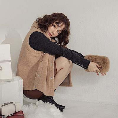 純色溫暖捲毛面料金屬排釦翻領背心-OB大尺碼