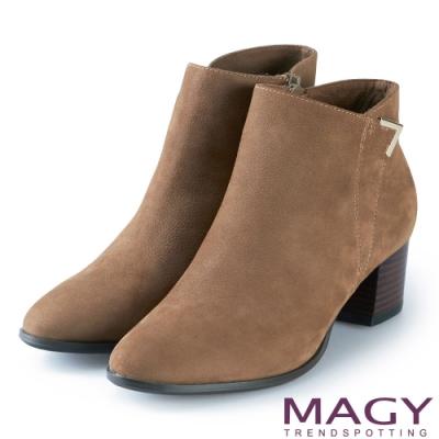 MAGY 紐約時尚步調 金屬V型扣環牛皮粗跟短靴-可可