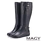 MAGY 展現獨特風采 牛皮造型釦帶長靴-黑色
