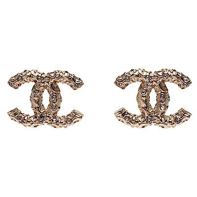 CHANEL 經典雙C LOGO不規則紋路造型水鑽鑲嵌穿式耳環(金)