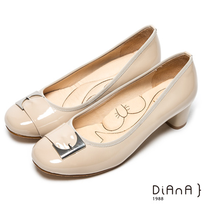 DIANA 漫步雲端厚切蝴蝶結款-經典氣質漆皮仿釦跟鞋-米