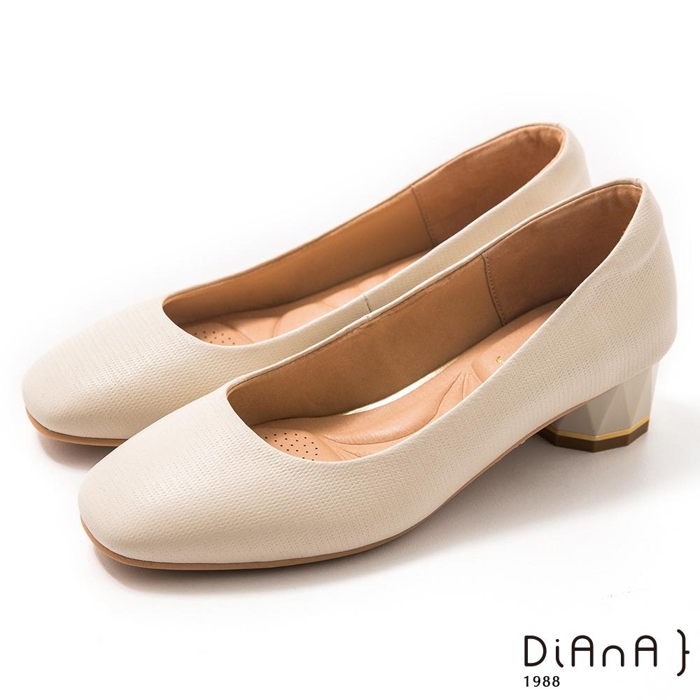 DIANA 4 cm 壓紋羊皮多角粗跟方圓頭跟鞋-質感氛圍-米