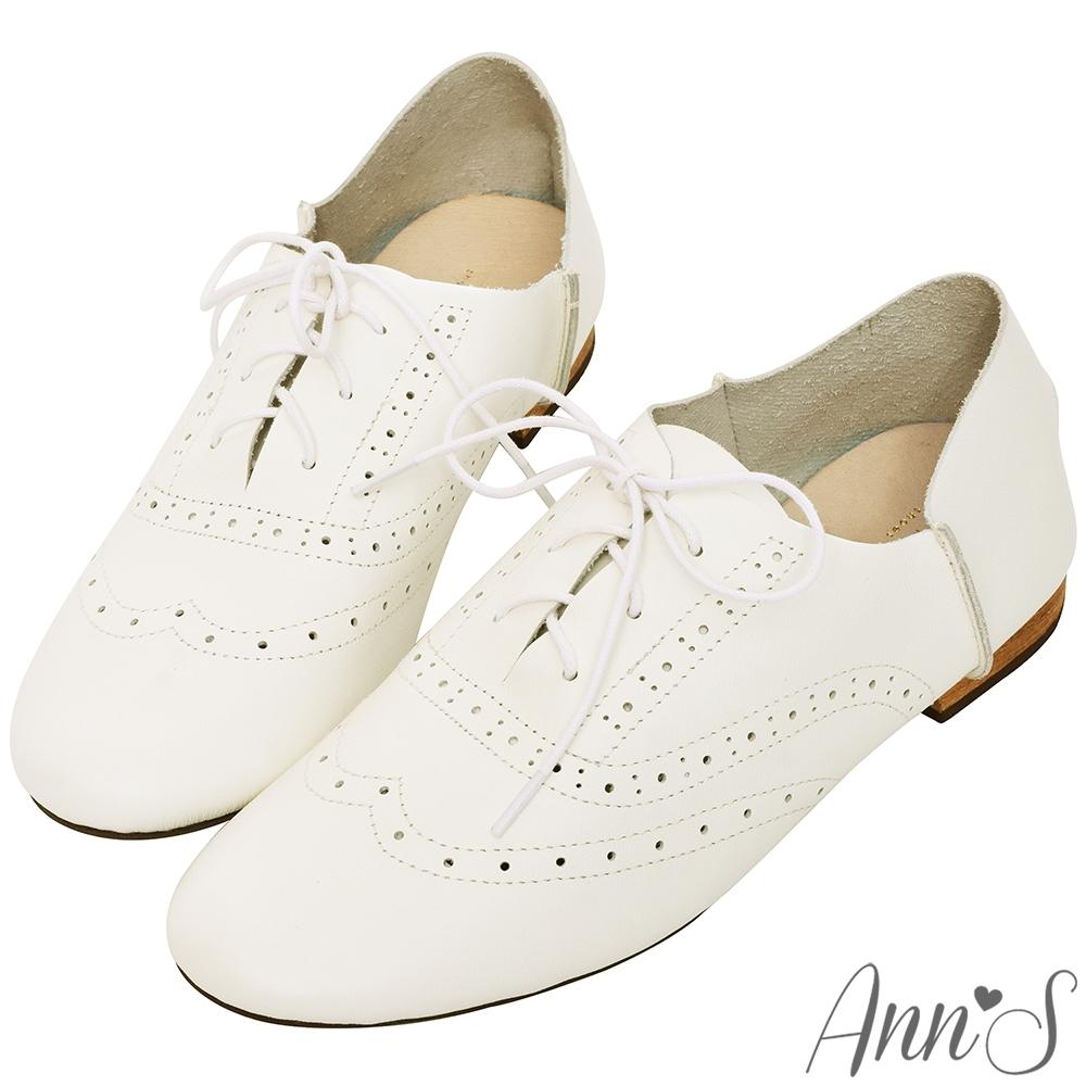 Ann'S乾淨自然-細膩雕花真皮平底英倫牛津鞋-白