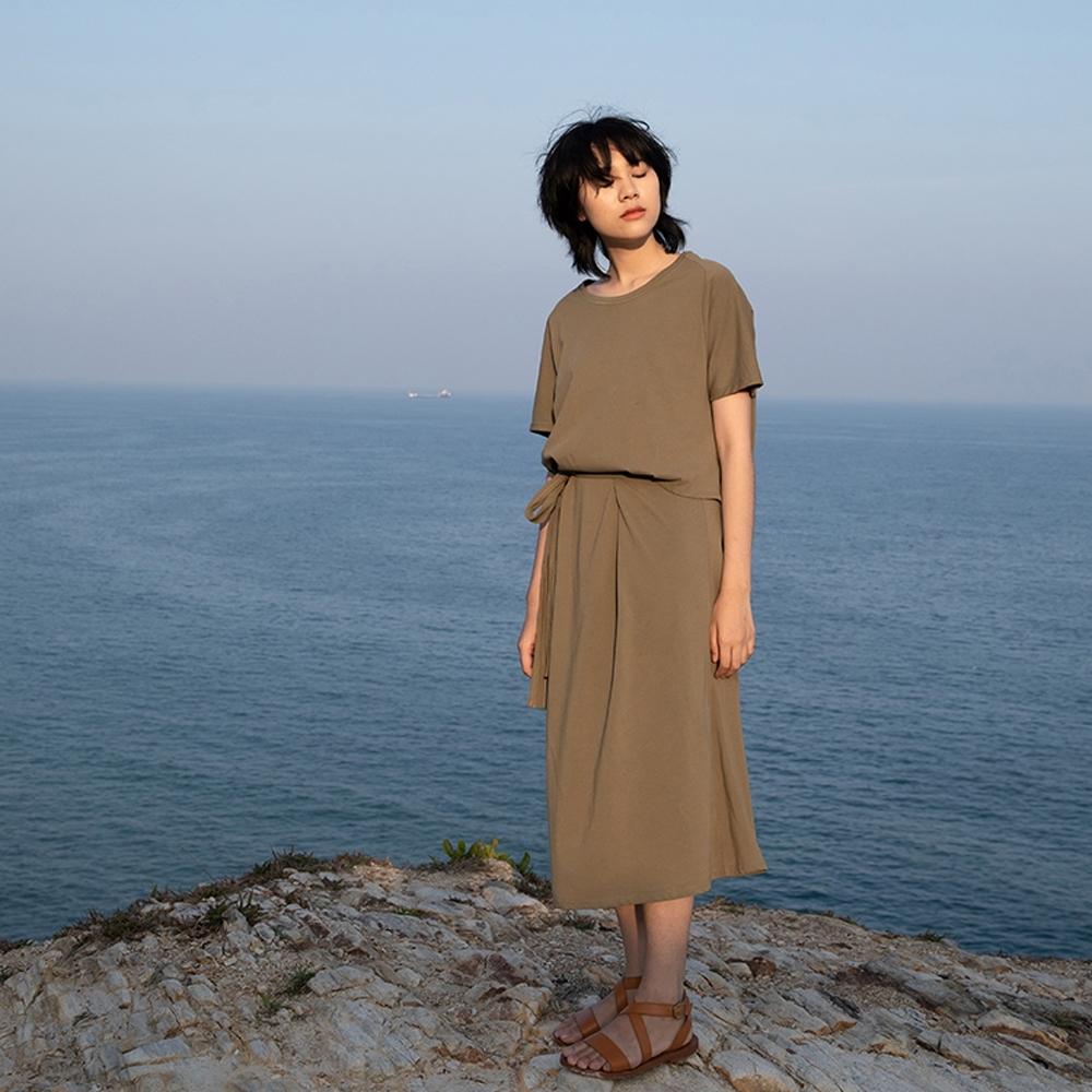 旅途原品_簡單生活_強捻棉寬鬆繫帶連衣裙- 橄欖綠/焦糖
