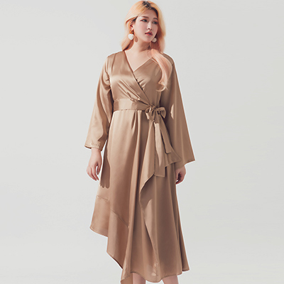 AIR SPACE PLUS 不規則裙擺交叉領綁帶緞面洋裝(卡其)