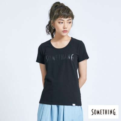 SOMETHING 光澤感LOGO印花 短袖T恤-女-黑色