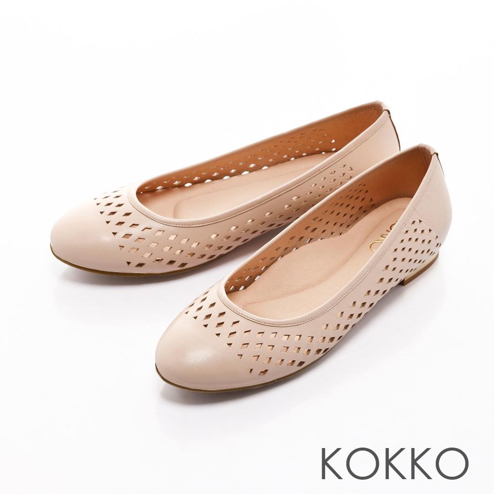 KOKKO- 舒適圓頭縷空幾何真皮平底金屬跟-杏膚