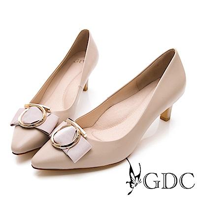 GDC-尖頭歐美大器圓釦真皮蝴蝶結中跟包鞋-米杏色
