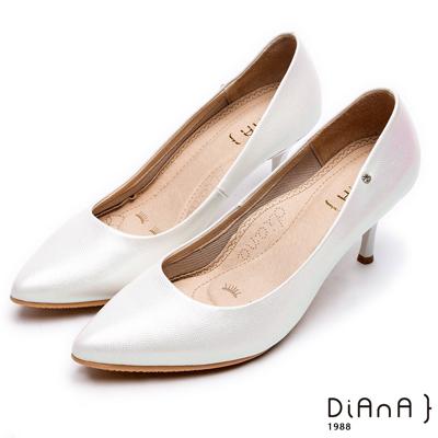 DIANA尖頭微光澤質感壓紋真皮跟鞋-漫步雲端焦糖美人款-銀白