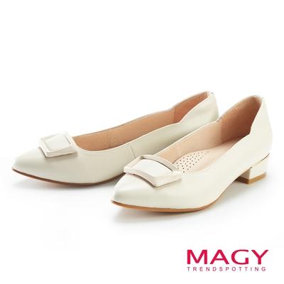 MAGY 側邊波浪方釦真皮尖頭 女 低跟鞋 米色