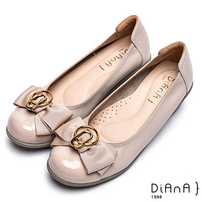 DIANA 氣質淑女 金屬圓環釦蝴蝶結牛皮坡跟娃娃鞋-卡其