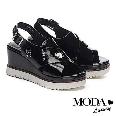 涼鞋 MODA Luxury 玩味飾釦裝飾皺漆牛皮交叉帶厚底楔型涼鞋-黑