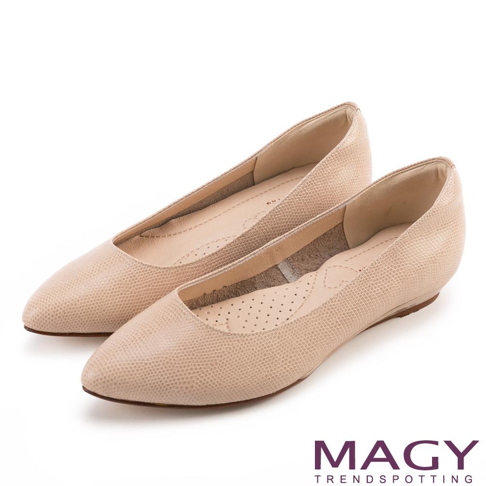 MAGY 親膚舒適尖頭真皮 女 平底鞋 壓紋棕