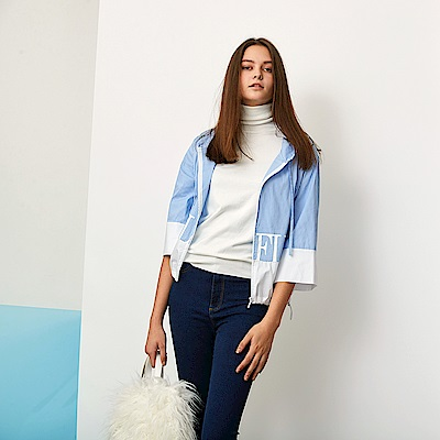 ICHE 衣哲 時尚條紋印花連帽抽繩短版造型七分袖外套-晴空藍