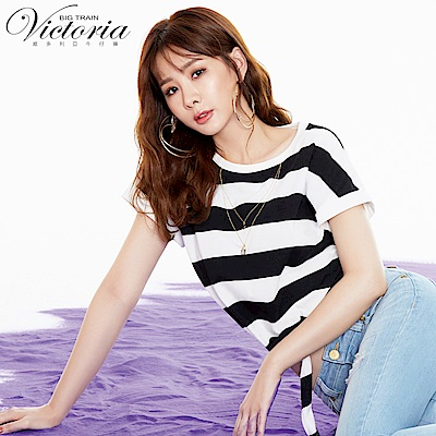 Victoria 項鍊繡綁帶落肩短袖T-女-白黑寬條