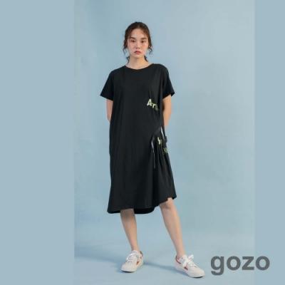 gozo 潮感造型織帶印花壓褶洋裝(黑色)