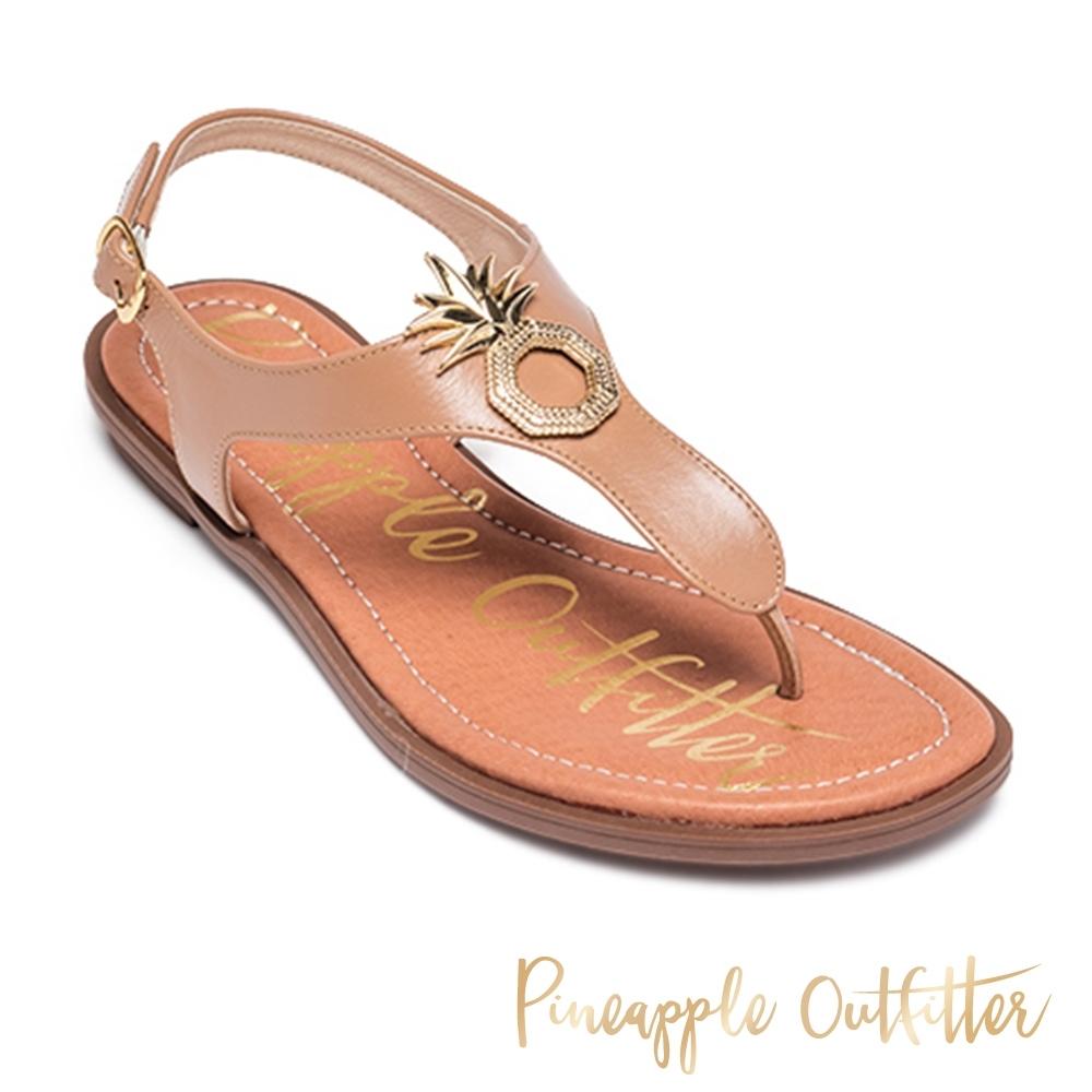 Pineapple Outfitter 時尚皮革金屬LOGO夾腳拖涼鞋-卡其棕
