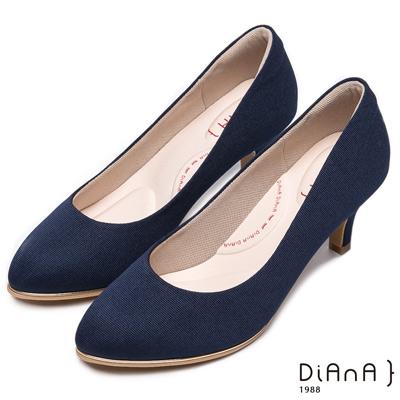 DIANA 漫步雲端輕盈美人款--防潑水羅馬紋跟鞋-深藍